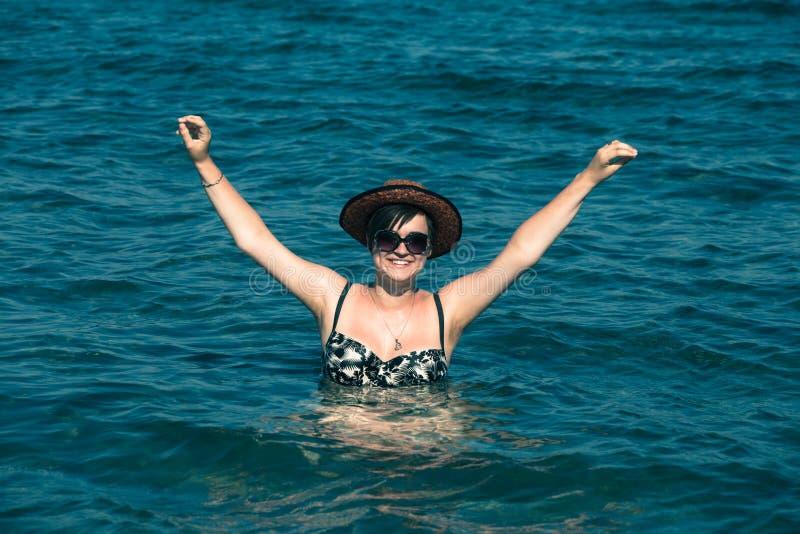 Gelukkige vrouw die van overzees genieten royalty-vrije stock foto