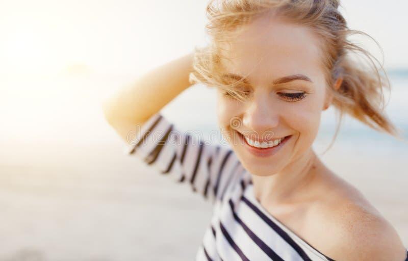 Gelukkige vrouw die van vrijheid en lach op overzees genieten royalty-vrije stock afbeelding