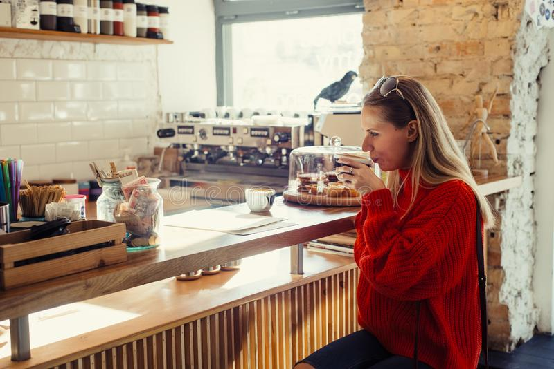 Gelukkige vrouw die van wat koffie in een cafetaria genieten royalty-vrije stock foto