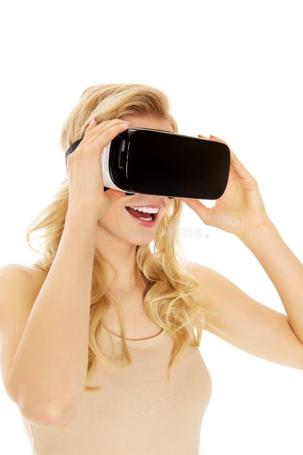 Gelukkige vrouw die virtuele werkelijkheidsbeschermende brillen dragen royalty-vrije stock afbeelding