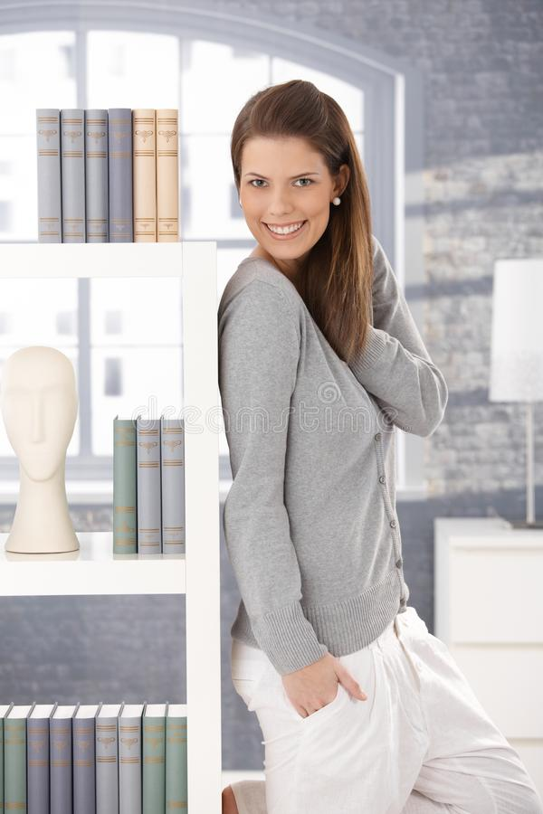 Gelukkige vrouw die zich in woonkamer bevindt royalty-vrije stock foto's
