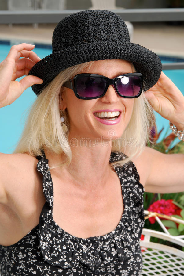 Gelukkige vrouw door de pool royalty-vrije stock fotografie