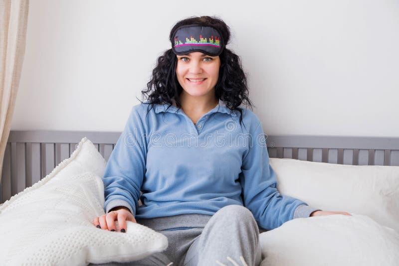 Gelukkige vrouw in een masker voor een droom royalty-vrije stock fotografie