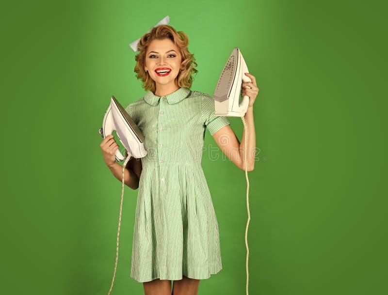 Gelukkige vrouw Huishoudster in eenvormig met ijzer, huishouden royalty-vrije stock foto's