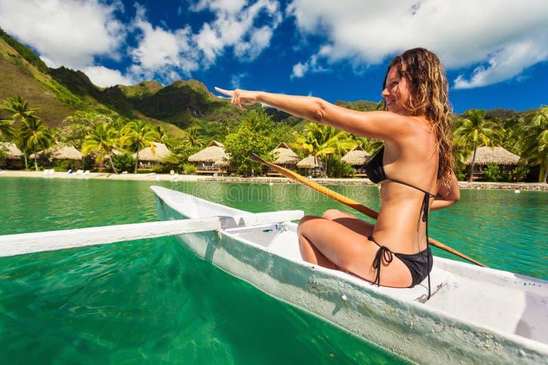 Gelukkige vrouw Kayaking in de Oceaan op Vakantie bij een tropische reso stock fotografie