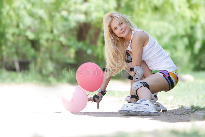 Gelukkige vrouw klaar voor rol het schaatsen/blading stock afbeelding
