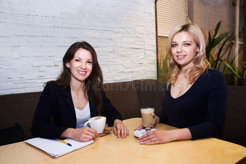 Gelukkige vrouw in koffie royalty-vrije stock foto's