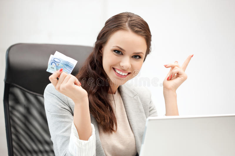Gelukkige vrouw met computer en euro contant geldgeld stock afbeelding