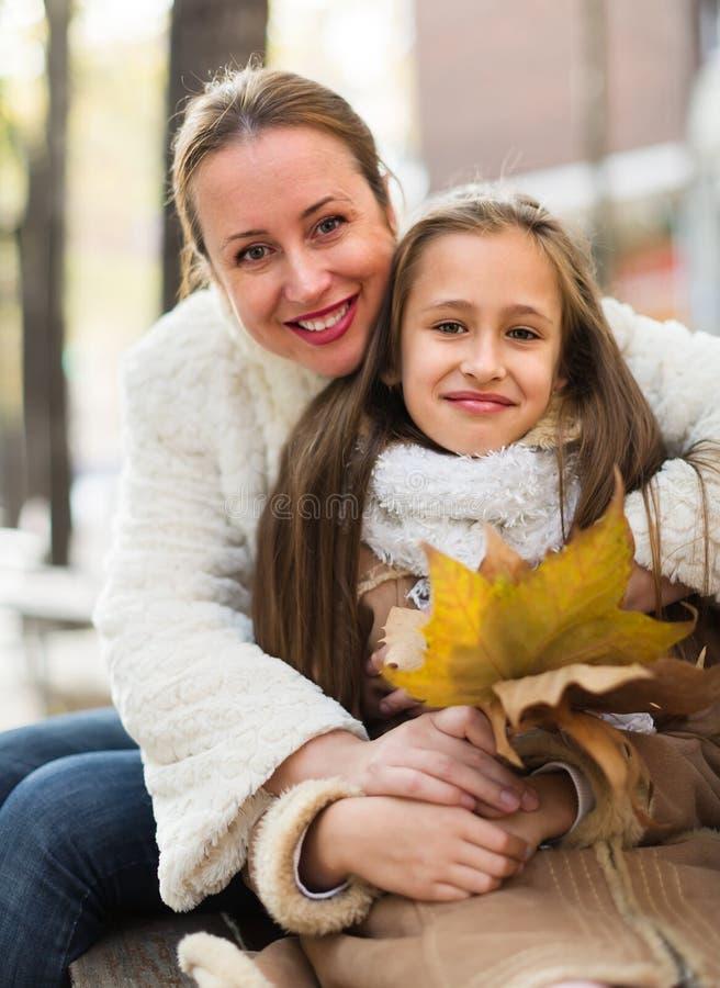 Gelukkige vrouw met dochter stock afbeelding