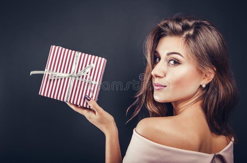 Gelukkige vrouw met een giftdoos voor Valentine& x27; s dag royalty-vrije stock foto