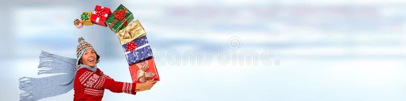 Gelukkige vrouw met giften stock fotografie