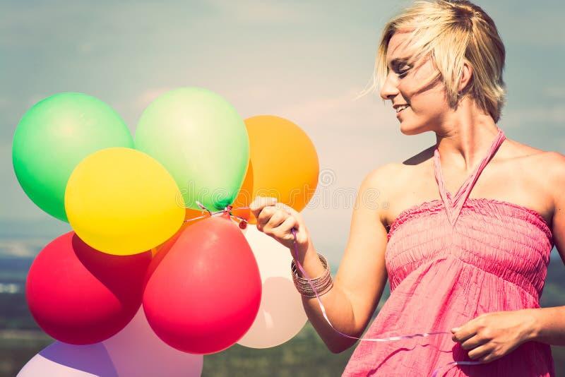 Gelukkige vrouw met kleurrijke ballons royalty-vrije stock foto's