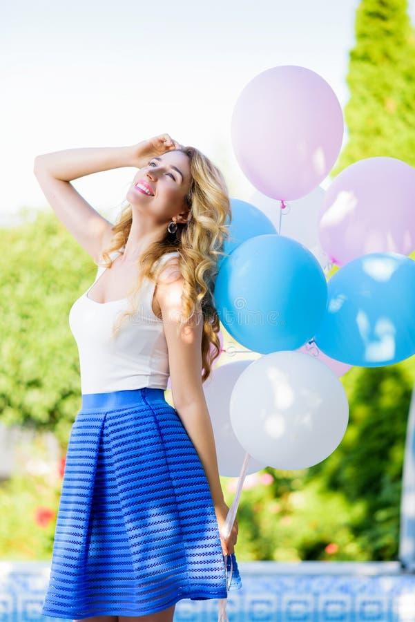 Gelukkige vrouw met kleurrijke ballons royalty-vrije stock afbeeldingen