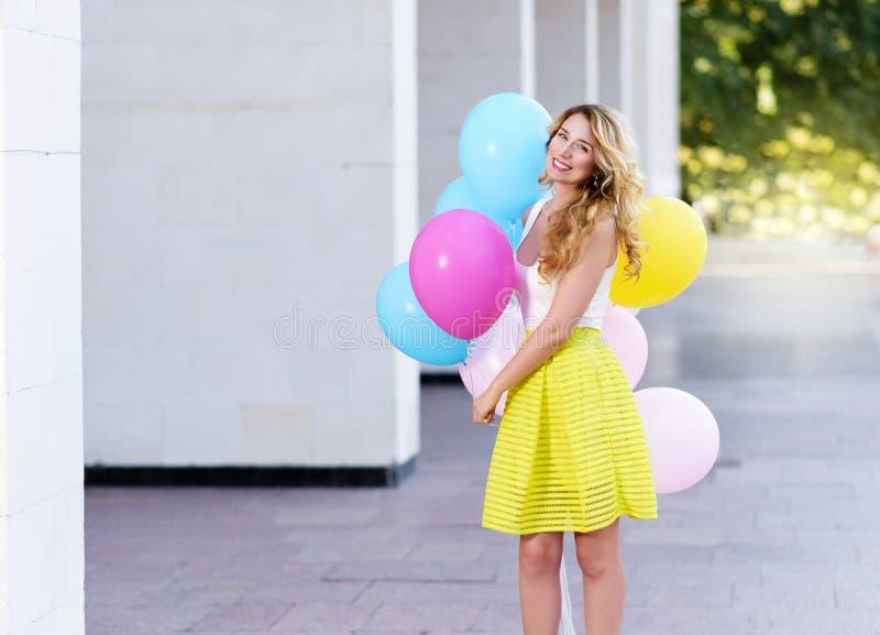 Gelukkige vrouw met kleurrijke ballons royalty-vrije stock afbeelding