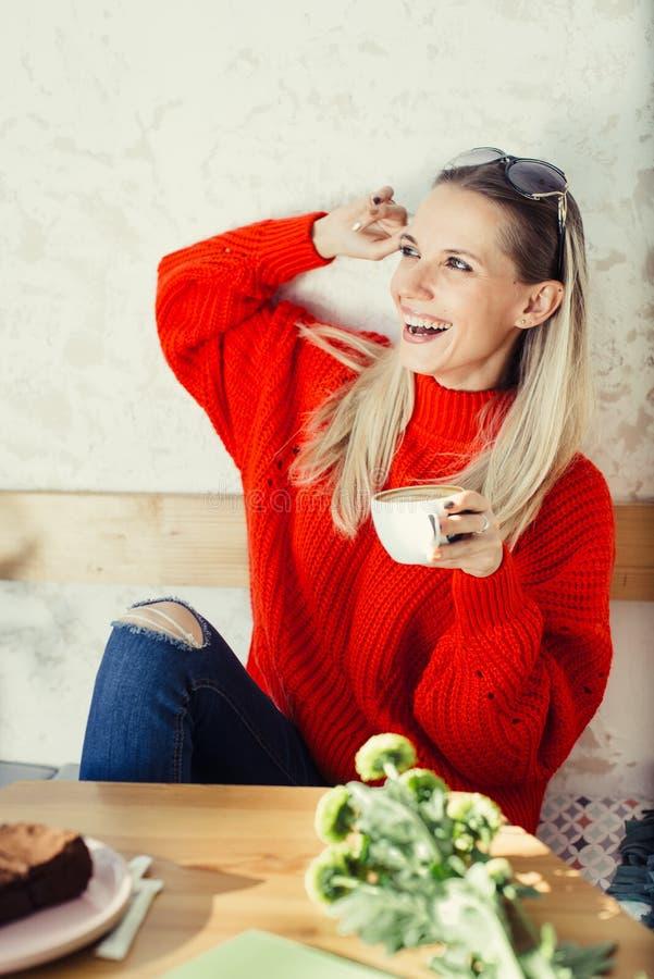 Gelukkige vrouw met kop van koffie stock foto