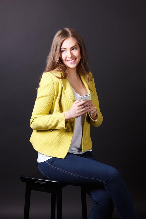 Download Gelukkige Vrouw Met Mobiele Telefoon Stock Foto - Afbeelding bestaande uit minnaar, mooi: 54085904