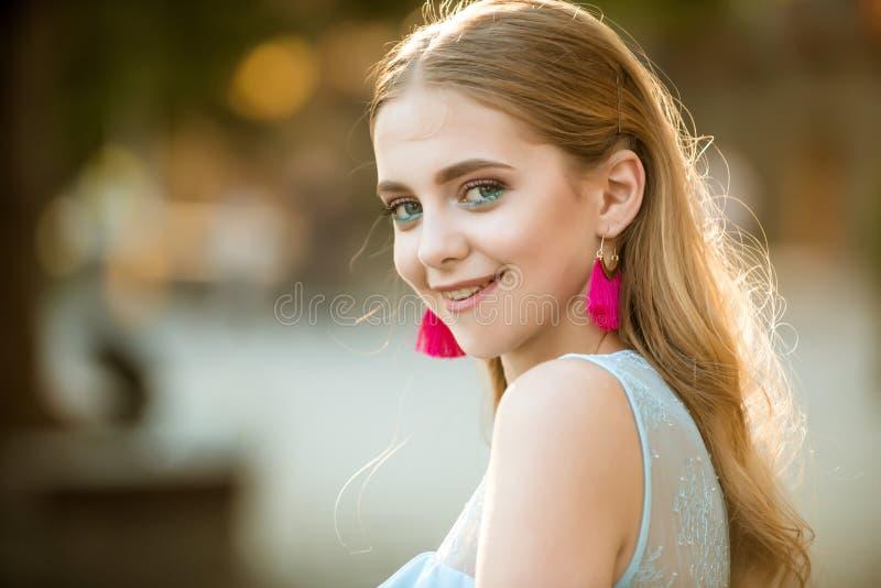 gelukkige vrouw met modieuze make-up en lang blondehaar De vrouw van de de zomermanier Perfect wijfje Schoonheid en manierblik va stock fotografie