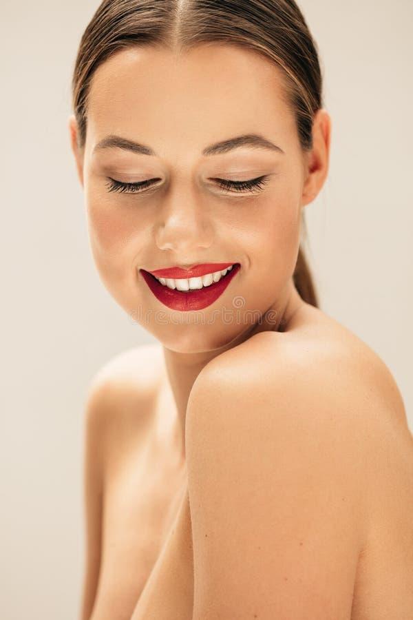 Gelukkige vrouw met mooie huid stock afbeeldingen