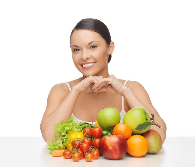 Gelukkige vrouw met partij van vruchten en groenten royalty-vrije stock foto's