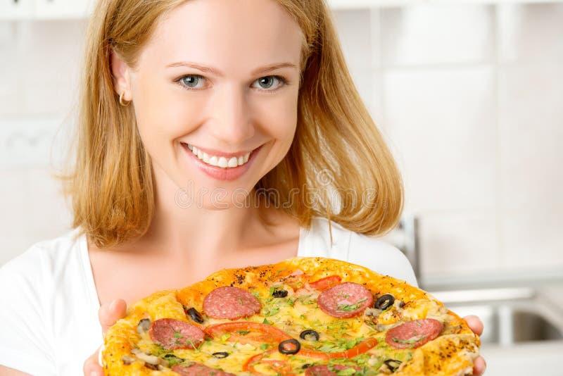 Gelukkige vrouw met pizza royalty-vrije stock afbeeldingen