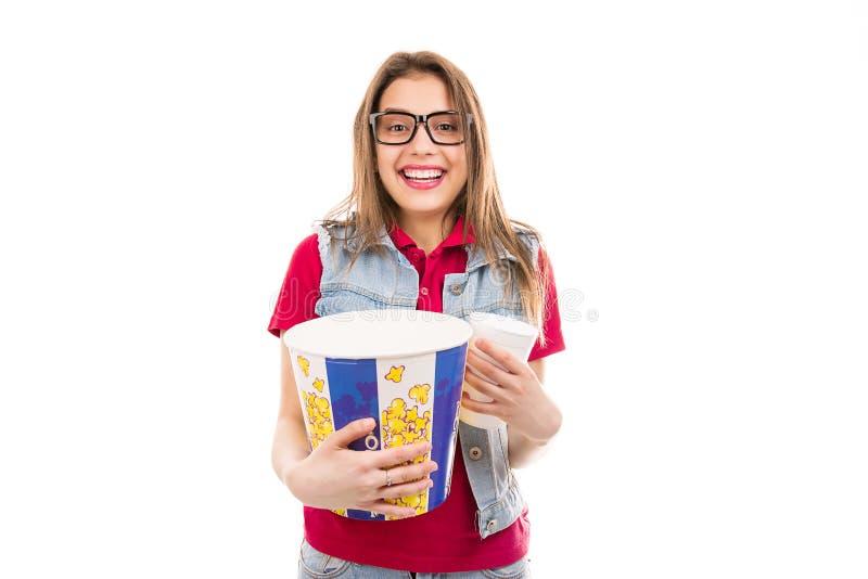 Gelukkige vrouw met popcorn en soda stock afbeelding