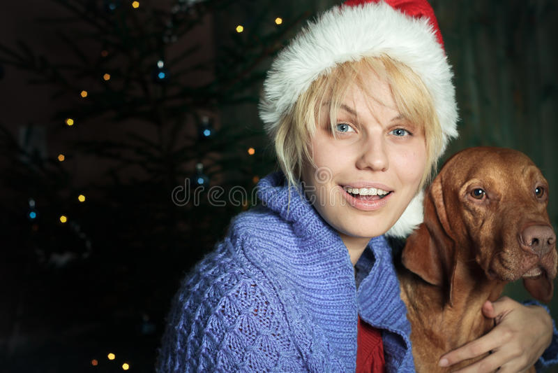 Gelukkige vrouw met santahoed. De tijd van Kerstmis stock afbeelding