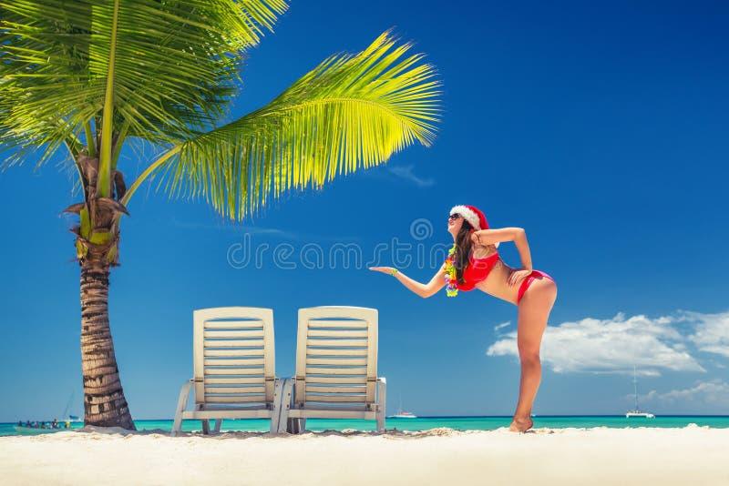 Gelukkige vrouw met santahoed op tropisch eiland en exotisch strand royalty-vrije stock foto