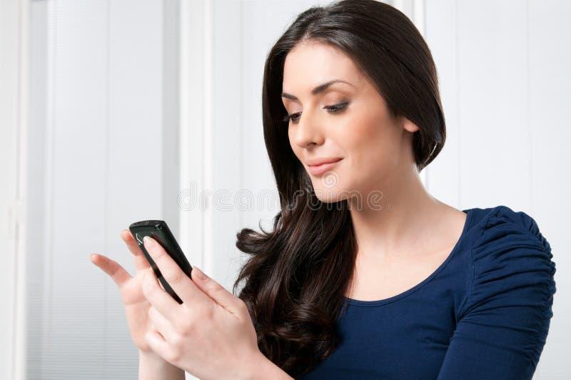 Gelukkige vrouw met slimme telefoon stock foto