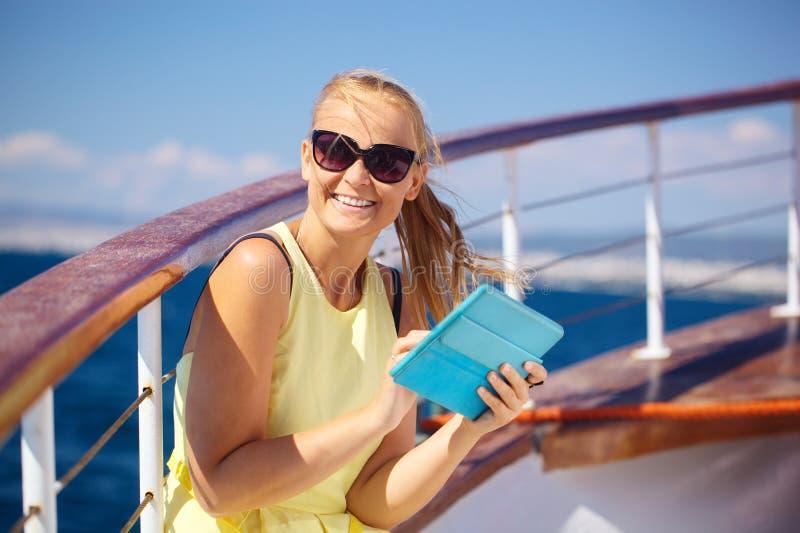Gelukkige vrouw met stootkussen tijdens het overzeese reizen royalty-vrije stock afbeelding