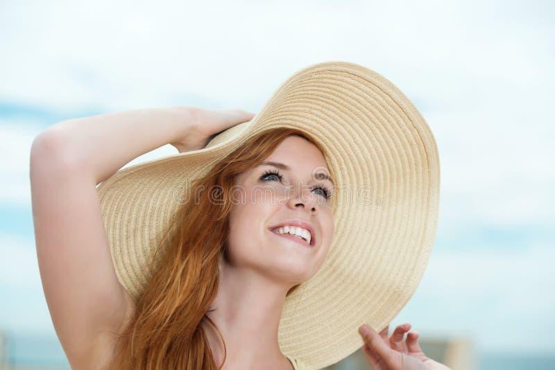 Gelukkige Vrouw met Straw Hat royalty-vrije stock foto's