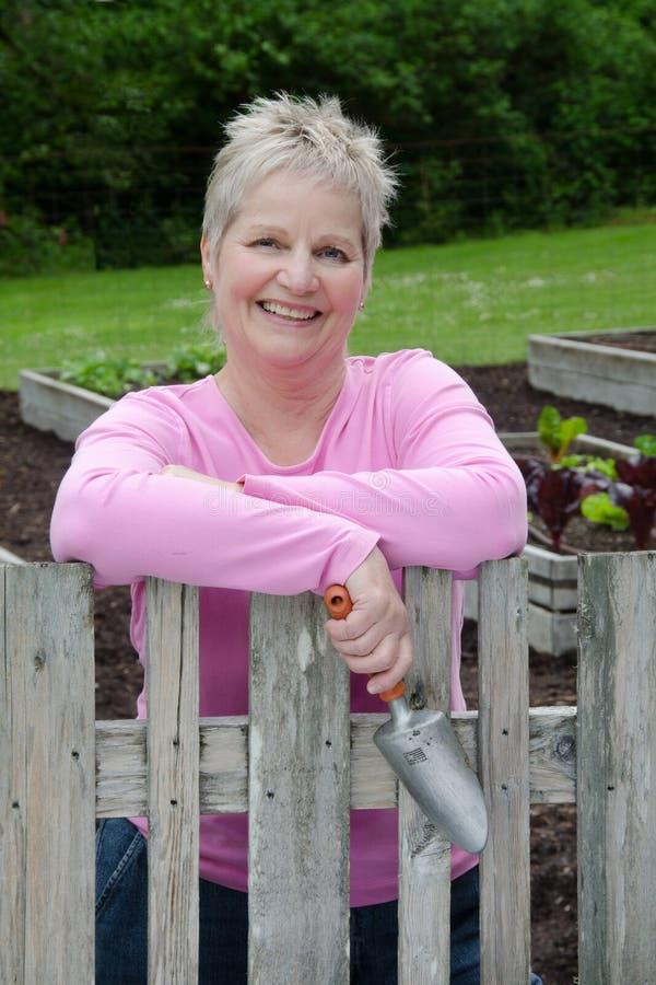 Gelukkige vrouw met troffel stock afbeelding
