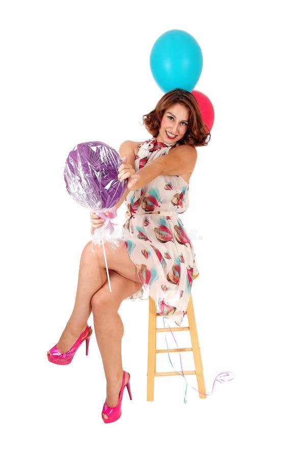 Gelukkige vrouw met twee ballons stock afbeeldingen