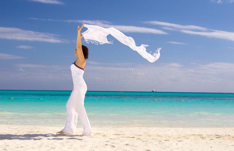 Gelukkige vrouw met witte sarongen stock foto's