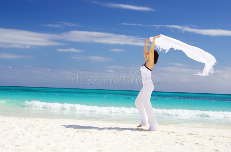 Gelukkige vrouw met witte sarongen royalty-vrije stock fotografie
