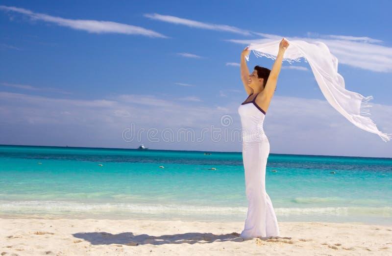 Gelukkige vrouw met witte sarongen royalty-vrije stock foto