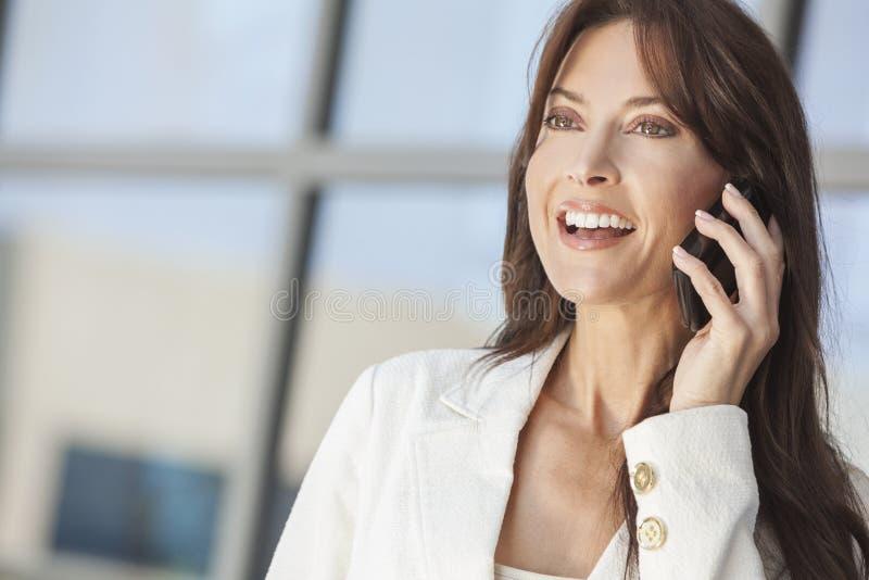 Gelukkige Vrouw of Onderneemster die op de Telefoon van de Cel spreken stock fotografie