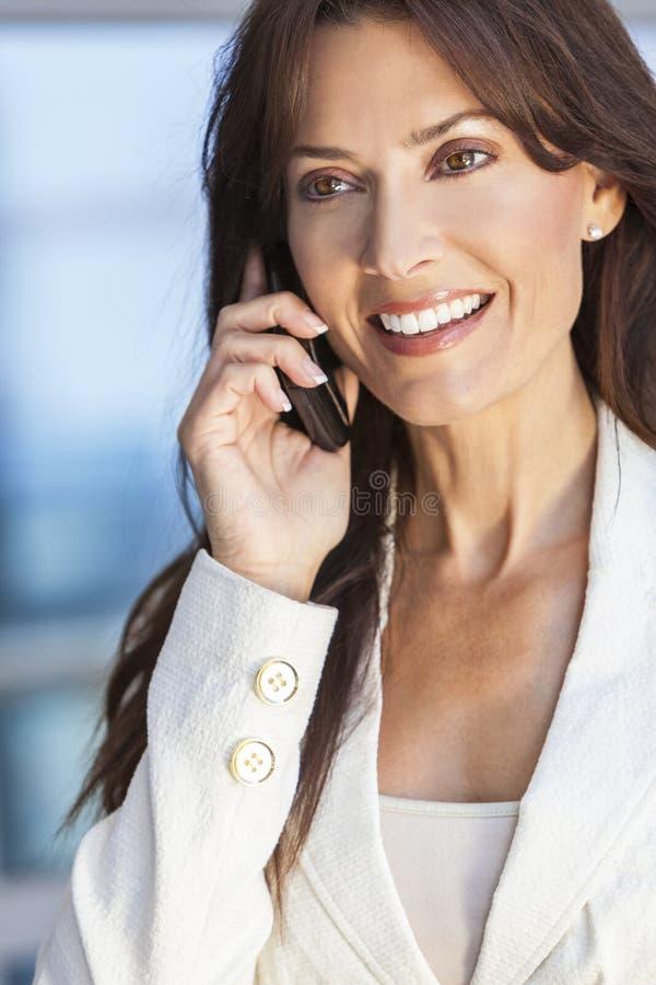 Gelukkige Vrouw of Onderneemster die op de Telefoon van de Cel spreken royalty-vrije stock afbeelding