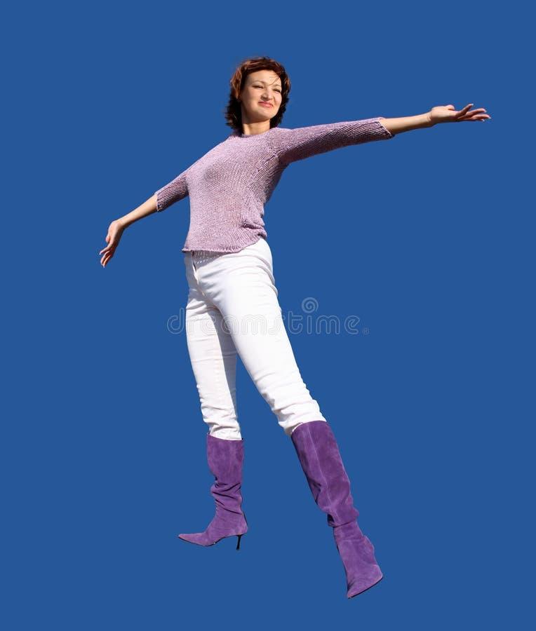 Gelukkige vrouw op blauwe achtergrond stock fotografie