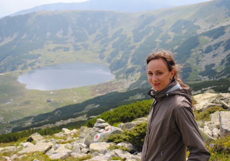 Gelukkige vrouw op de berg royalty-vrije stock fotografie
