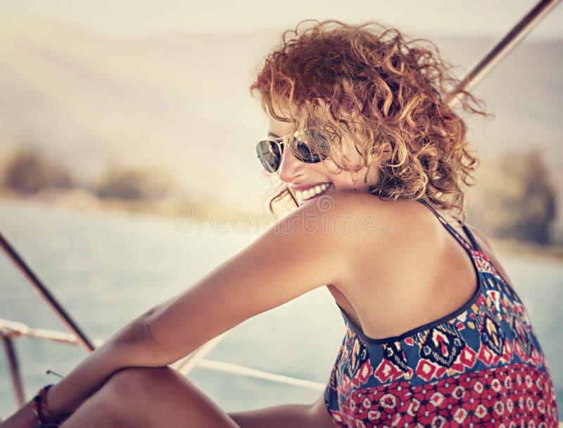 Gelukkige vrouw op de zomervakantie stock afbeelding