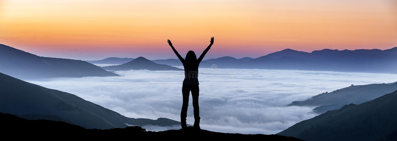 Gelukkige vrouw op een heuveltop boven de mist royalty-vrije stock foto