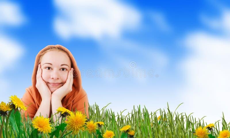 gelukkige vrouw op een weide stock fotografie