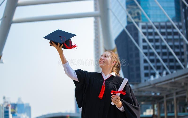 Gelukkige vrouw op haar Universiteit van de graduatiedag Onderwijs en mensen royalty-vrije stock fotografie