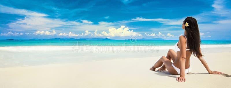 Gelukkige Vrouw op het Strand van Oceaan De vakantie van de zomer stock afbeeldingen