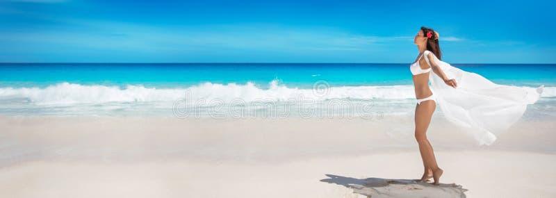 Gelukkige Vrouw op het Strand van Oceaan De vakantie van de zomer royalty-vrije stock fotografie