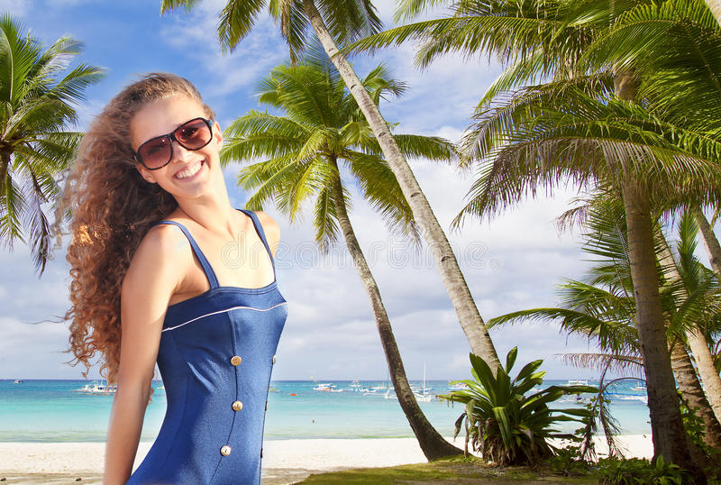 Gelukkige vrouw op palmen overzeese achtergrond stock foto's