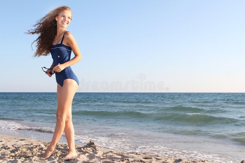 Gelukkige vrouw op strand royalty-vrije stock afbeelding