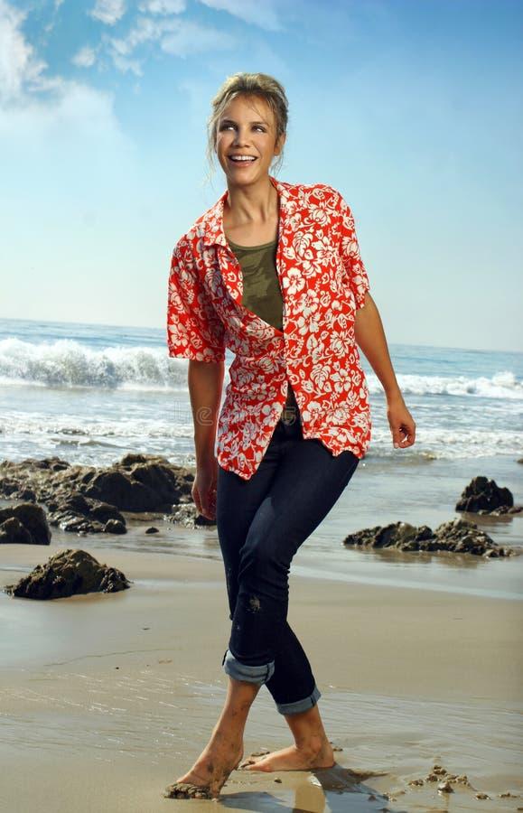 Gelukkige vrouw op strand stock afbeeldingen