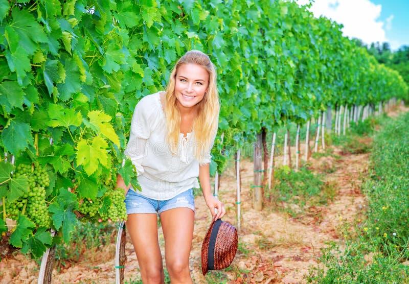 Gelukkige vrouw op wijngaard stock afbeeldingen