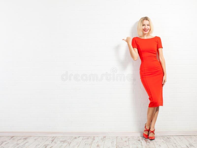 Gelukkige vrouw in rode kleding royalty-vrije stock afbeeldingen